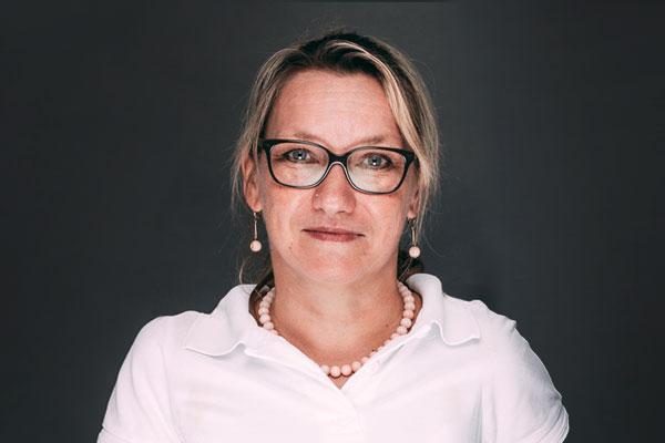 Porträtaufnahme von Anita Gräter, die im Bereich Praxismanagement, Abrechnung, Patientenbetreuung und Stuhlassistenz in der Zahnarztpraxis Dr. Pfitzer in Stuttgart arbeitet