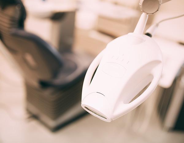 Eine Detailaufnahme zeigt das technische Gerät, womit der Zahnarzt das Bleaching in der Zahnarztpraxis Dr. Pfitzer in Stuttgart durchführt