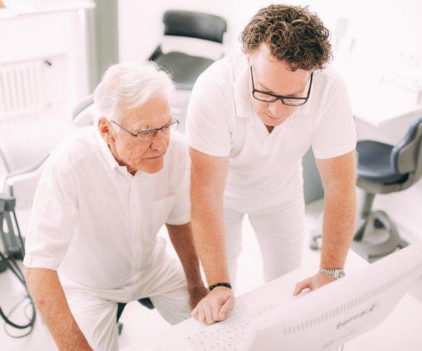 Dr. med. dent. Hanns Joachim Pfitzer mit seinem Vater Dr. med. dent. Hans Pfitzer bei der Planung von hochwertigem Zahnersatz mithilfe computergestützter CAD/CAM-Technologie in der Zahnarztpraxis Dr. Pfitzer in Stuttgart
