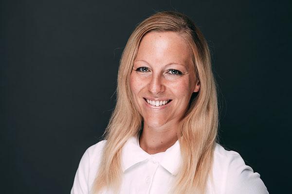 Porträtaufnahme von Daniela Widmer, die im Bereich Patientenbetreuung, Stuhlassistenz und Prophylaxe in der Zahnarztpraxis Dr. Pfitzer in Stuttgart arbeitet