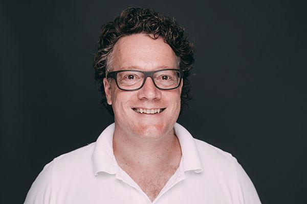 Porträtaufnahme von Dr. med. dent. Hanns Joachim Pfitzer, der als Zahnarzt und Implantologe die Zahnarztpraxis Dr. Pfitzer in Stuttgart übernommen hat