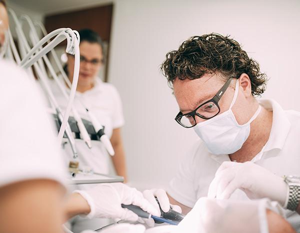 Zahnarzt und Implantologe Dr. med. dent. Hanns Joachim Pfitzer bei einer Behandlung mit Implantaten im Behandlungszimmer der Zahnarztpraxis Dr. Pfitzer in Stuttgart