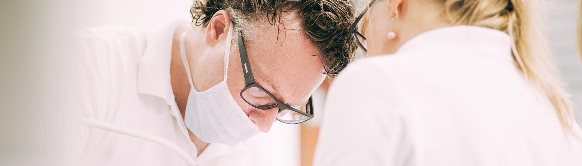 Zahnarzt Dr. Pfitzer bei einer Implantologie-Behandlung in der Zahnarztpraxis in Stuttgart
