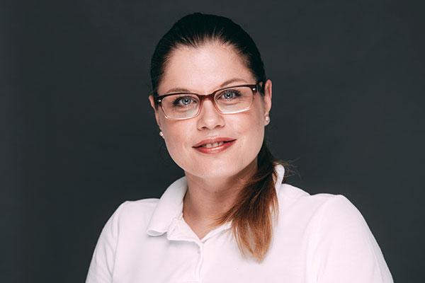 Porträtaufnahme von Jelena Randelovic, die im Bereich Abrechnung, Patientenbetreuung und Stuhlassistenz in der Zahnarztpraxis Dr. Pfitzer in Stuttgart arbeitet.