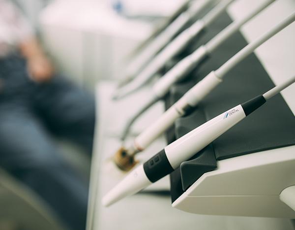 Detailaufnahme der Geräte für die professionelle Zahnreinigung in der Zahnarztpraxis Dr. Pfitzer in Stuttgart – die beste Ergänzung zur häuslichen Mundpflege
