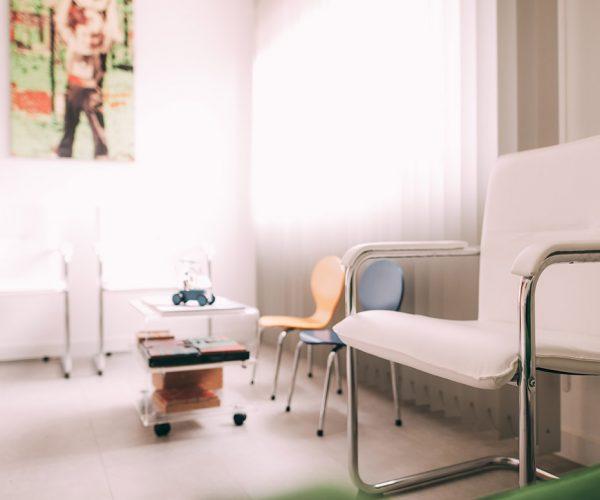 Der Wartebereich der Zahnarztpraxis Dr. Pfitzer in Stuttgart mit einladenden Stühlen – Zeit um sich mit den spannenden Themen der Zahnmedizin zu beschäftigen