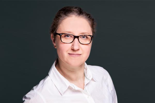 Porträtaufnahme von Petra Anna Lerner, die als angestellte Zahnärztin in der Zahnarztpraxis Dr. Pfitzer in Stuttgart arbeitet