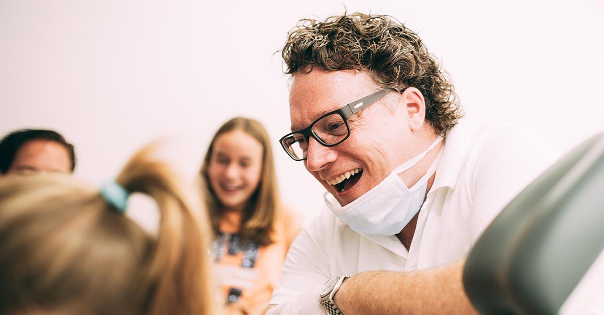 Dr. med. dent. Hanns Joachim Pfitzer freut sich zusammen mit seinen Patienten herzlich über die neue Ausstattung und die neuen Mitarbeiterinnen in seiner Zahnarztpraxis in Stuttgart