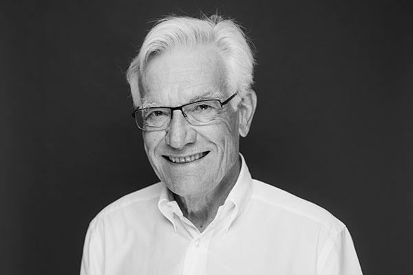 Porträtaufnahme von Dr. med. dent. Hans Pfitzer, der die Zahnarztpraxis Dr. Pfitzer in Stuttgart gegründet und als Zahnarzt dort gearbeitet hat
