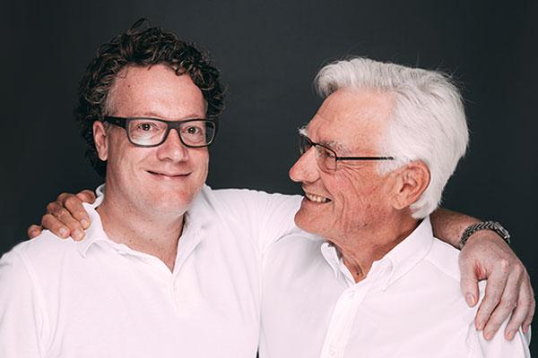 Zahnarzt Dr. Hanns Joachim Pfitzer umarmt seinen Vater Dr. Hans Pfitzer, der Zahnarzt und Praxisgründer der Zahnarztpraxis Dr. Pfitzer in Stuttgart