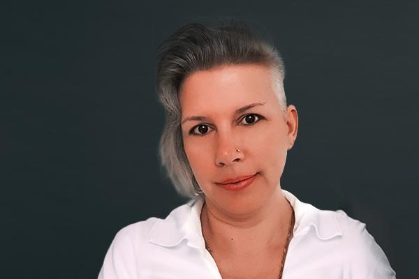Porträtaufnahme von Ramona Weiß, die im Bereich Patientenbetreuung, Stuhlassistenz und Prophylaxe in der Zahnarztpraxis Dr. Pfitzer in Stuttgart arbeitet