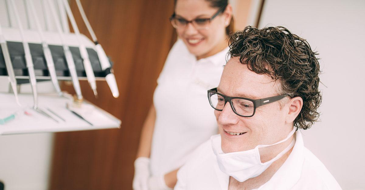 Dr. med. dent. Hanns Joachim Pfitzer ist stolz nach 35 Jahren in seiner Zahnarztpraxis in Stuttgart sich um die Gesundheit seiner Patienten kümmern zu dürfen