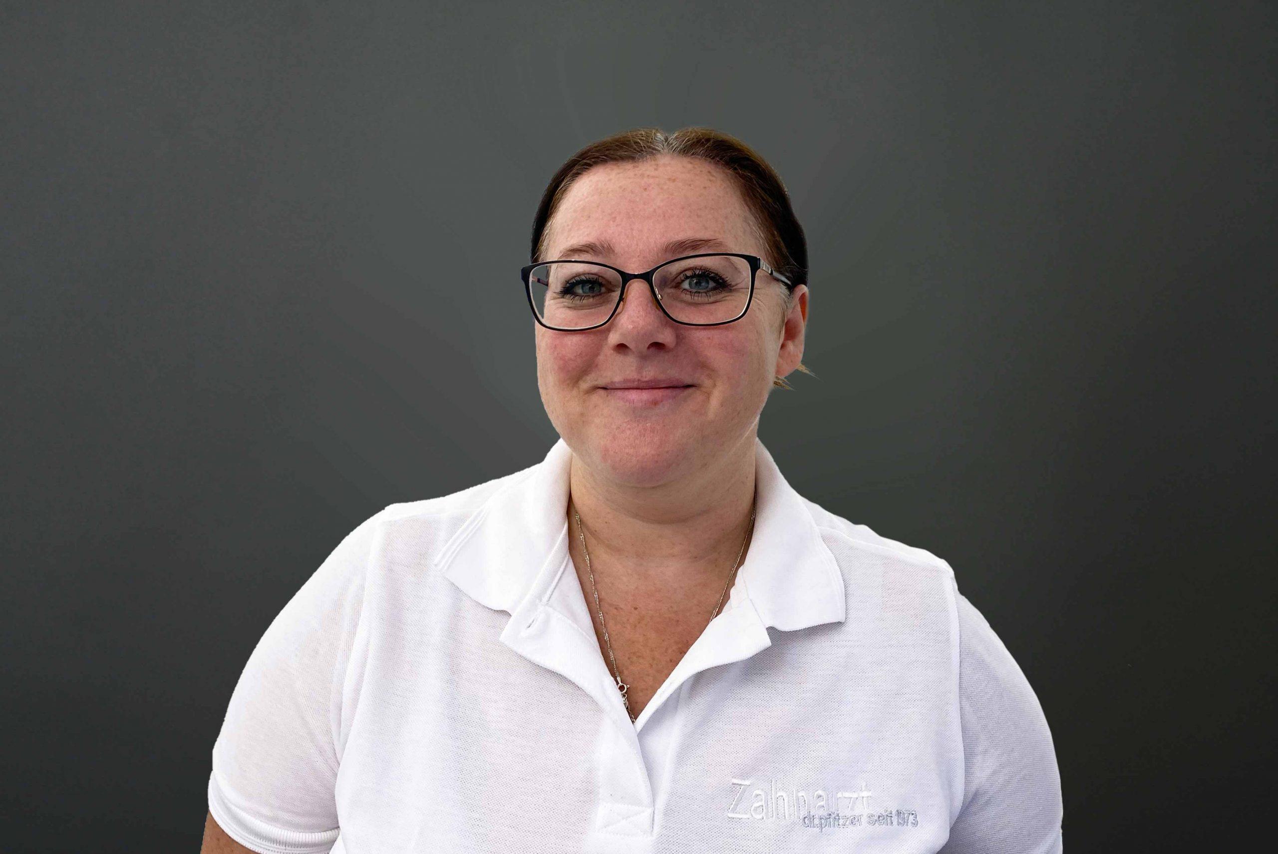 Gabriela Pelos ist Zahnmedizinische Fachangestellte beim Zahnarzt in Stuttgart